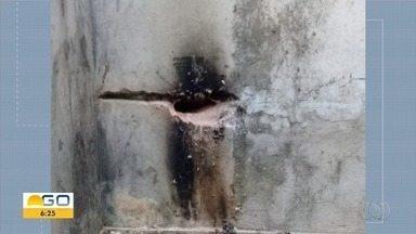 Foto mostra buraco feito em parede de cela antes de rebelião, em Aparecida de Goiânia - Detentos usavam o cabo de um martelo para fazer o buraco.