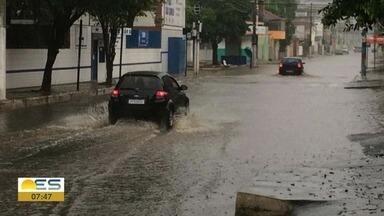 Chuva provoca alagamentos no bairro Alvorada, em Vila Velha - Carros têm dificuldade de passar pelo bairro.