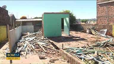 Homem se entrega à polícia depois de aplicar golpe e vender casa de madeira - O homem vendeu a madeira da casa sem autorização dos donos e para duas pessoas ao mesmo tempo.