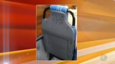 Nova frota de ônibus de Agudos é alvo vandalismo; dois ônibus foram pichados - Após denúncias da TV TEM sobre as péssimas condições do transporte coletivo em Agudos. Na semana passada, seis novos ônibus de uma frota terceirizada foram colocados em circulação. Porém, nesta terça-feira (23) recebemos fotos que mostram que dois veículos já alvo de vandalismo e foram pichados.