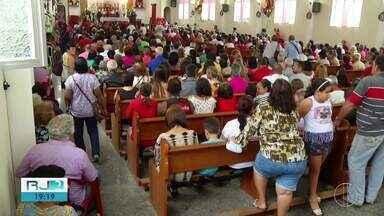 Fiéis lotam Igreja de São Jorge, em Petrópolis, no RJ - Assista a seguir.