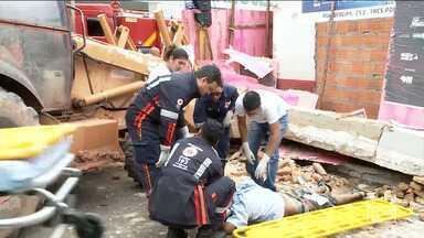 Prédio em demolição cai e mata idoso de 64 anos em Imperatriz - José dos Santos Vieira morreu após uma viga de sustentação cair sobre ele. Um outro homem que seria operário da obra, também foi vítima do acidente, mas não corre risco de vida.