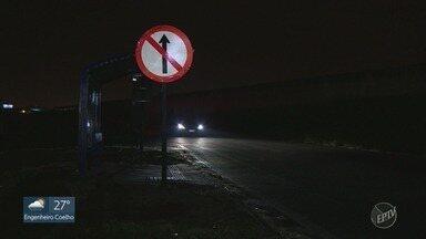 Ponto de ônibus sem luz traz medo e risco aos usuários - Local fica às margens da Rodovia Dom Pedro (SP-065), em Campinas (SP).