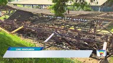 Telhado de quadra desaba e fere dois servidores em São José, SP - Trabalhadores da Urbam faziam manutenção na quadra de bocha de um poliesportivo na zona leste, quando a estrutura cedeu. Acidente foi na manhã desta quarta (24).