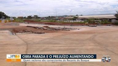 Comerciantes relatam prejuízos causados por obras do BRT no Residencial Recanto do Bosque - Mulher diz que fossa da casa dela foi quebrada.