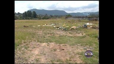 Lixo jogado no Jockey Club incomoda moradores da região - Moradores da Vila Prado reclamam da situação.