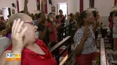 Fiéis celebram dia de Santo Expedito no Recife - Missas começaram cedo neste sábado (27), na Igreja do Bom Jesus, em Casa Amarela.