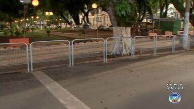 Prefeitura de Itapetininga instala grades em calçadas para segurança dos pedestres - Em Itapetininga (SP), a prefeitura está instalando grades em algumas calçadas para impedir que os pedestres atravessem a rua fora da faixa.