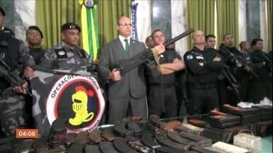 Equipes policiais fazem operação contra o tráfico de drogas no Complexo do Alemão no Rio - Moradores flagraram intenso tiroteio, o que interferiu na rotina de quem precisava sair de casa para estudar ou trabalhar.