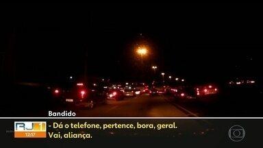Motorista é assaltado por vendedor ambulante na Avenida Brasil - A vítima gravou a ação do bandido.