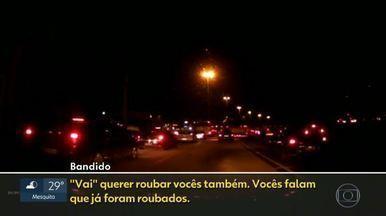 Motoristas dizem que assaltos são rotina na Avenida Brasil - Bandidos agem numa nova modalidade de assalto. Agora, eles se passam por vendedores ambulantes para atacar motoristas. Quem precisa passar pela Avenida Brasil diz que está com medo.