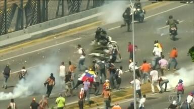 Capital da Venezuela vive o segundo dia de protestos violentos - Em Caracas, manifestantes contra e a favor de Nicolás Maduro foram às ruas mais uma vez. O presidente venezuelano apareceu num discurso pela TV estatal do país, dizendo que derrotou uma tentativa de golpe de estado.
