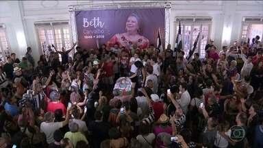 Família e amigos se despendem de Beth Carvalho com muito samba no Rio - Cantora e compositora morreu aos 72 anos, após ficar mais de três meses internada no hospital. O samba confortou e alegria na despedida da madrinha do samba.