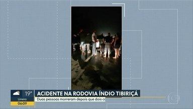 Mortes em acidente entre dois carros na Rodovia Índio Tibiriçá - Os dois veículos colidiram em um dos acessos da rodovia, na altura do quilômetro 50, em Ribeirão Pires. Duas pessoas morreram e uma menina, de três anos, foi socorrida e passa bem.