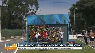 Intervenção urbana na avenida Oscar Americano, na zona sul da capital - Bloco de concreto e carros coloridos trazem uma reflexão sobre os prejuízos causados pelas enchentes