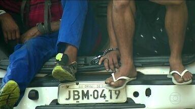 Falta de vagas em presídios do RS faz detentos ficarem dentro de carros da polícia - Segundo governo gaúcho, faltam mais de 300 mil vagas no sistema prisional do estado.