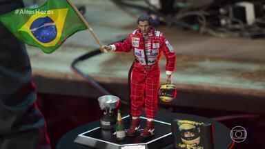 Belutti se emociona ao mostrar seu boneco de Ayrton Senna - Cantor diz que as corridas do piloto fazem parte das lembranças de sua infância