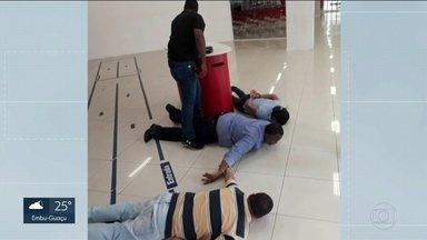 Bandidos que tentavam roubar idosos dentro de bancos são presos - Em Osasco, cinco bandidos foram presos tentando roubar idosos dentro de agências bancárias. Eles aproveitam a ingenuidade das vítimas para levar o dinheiro delas.
