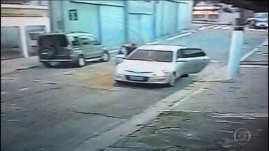 Bandidos executam policial militar na porta de casa em São Paulo - O cabo Fernando Flávio Flores morreu na hora. A polícia ainda investiga o motivo da execução.