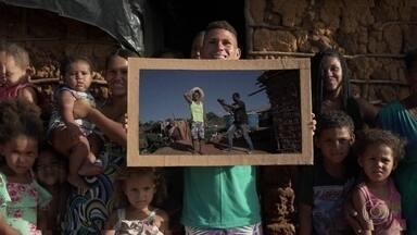 """Fotógrafo autodidata do interior da Bahia faz sucesso com registros de sua comunidade - Autodidata, antes de começar a fotografar, ele trabalhava com rádio, mas quis buscar uma nova experiência para """"ajudar as pessoas"""". Noilton registra a vida de sua comunidade. O valor de cada foto é equivalente a uma cesta básica."""