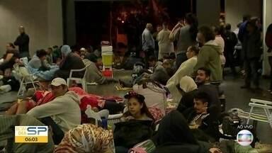 Pessoas dormem na fila para conseguir vaga em curso profissionalizante - O curso oferecido pela prefeitura de Sorocaba é de graça.