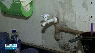 Moradores do bairro do Pinheiro enfrentam falta d'água desde domingo - Muitos deles estão comprando água mineral.