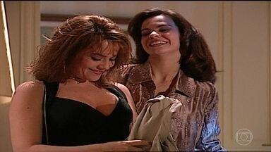 Laura entra no quarto de Eduarda e vasculha as compras delas - Eduarda aparece e Laura se esconde