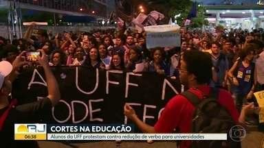 Alunos da UFF protestam contra o corte na verba de universidades federais - Alunos fizeram um protesto na noite desta quarta (8) em Niterói, contra o corte de verbas nas universidades federais pelo MEC.
