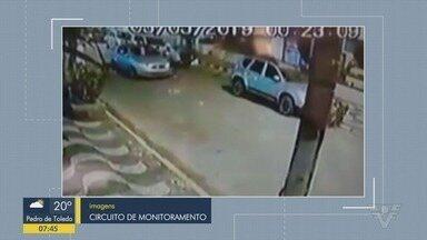 Bandidos roubam carro e arremessam cachorro antes de fugir - Crime aconteceu no bairro da Boa Vista, em São Vicente.