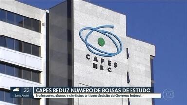 Capes reduz o número de bolsas de estudo - Professores, alunos e cientistas criticam decisão do Governo Federal.