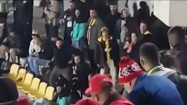 Torcedor do Peñarol imita macaco em ofensa racista durante jogo contra o Flamengo - Torcedor do Peñarol imita macaco em ofensa racista durante jogo contra o Flamengo