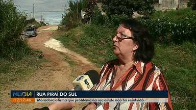 Moradora cobra conserto de buraco em rua da Vila Santo Antônio, em Ponta Grossa - Prefeitura informou que buraco não prejudica passagem de carros e, por isso, a obra ficou para junho.
