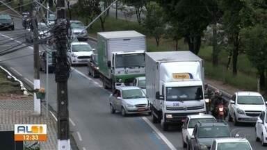 Veículos pesados continuam trafegando em avenidas de Maceió em horário de pico - Portaria proíbe que veículos pesados circulem nas avenidas Fernandes Lima ou Durval de Góes Monteiro entre 6h e 9h e 17h às 20h.