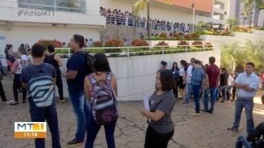 Empresa anuncia vagas e candidatos fazem fila em frente ao local - Empresa anuncia vagas e candidatos fazem fila em frente ao local.