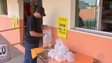 Padaria de Porangaba coloca mesa em calçada e doa alimentos - 'Mesa solidária' surgiu quando empresários perceberam que alimentos produzidos por padaria sobravam.
