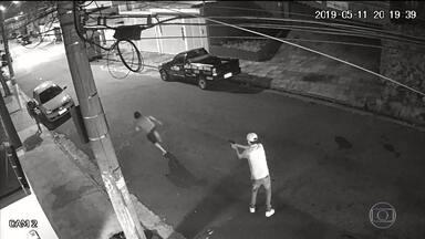 Câmera de segurança registra assassinato de morador de rua no ABC Paulista - Polícia busca pistas do homem que atirou. Ele chegou de carro e fugiu. O crime foi em Santo André, na Grande São Paulo.