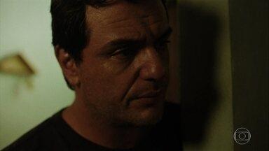 Adriano descobre que é o pai do filho que Janaina está esperando - Mãe de Udson, marido de Janaina, procura o agente penitenciário e faz revelação