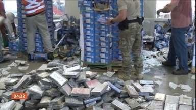 Polícia apreende caixas de manga recheadas com uma tonelada de cocaína no RN - A droga foi apreendida pela Polícia Federal no Porto de Natal, no Rio Grande do Norte. O destino do carregamento era a Holanda. Só esse ano, esse foi o terceiro flagrante no mesmo local.