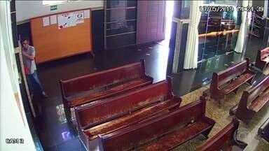 Homem é preso depois de roubar doações de catedral em Goiás - Imagens mostram o momento em que ele vai ao cofre onde os fiéis depositam o dinheiro. Ele foi preso em flagrante em Itumbiara.