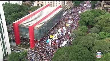 Manifestantes se concentram em frente ao Masp, na Avenida Paulista - Foram registrados 151 atos em 146 cidades, inclusive em todas as capitais brasileiras.