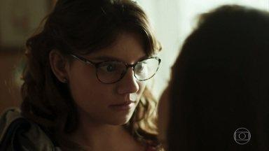 Nanda sugere que Raíssa minta para Carla para ir ao baile funk - Raíssa pensa em outra forma de conseguir autorização da mãe sem precisar contar uma mentira