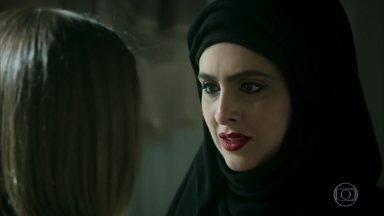Fairouz implora para que Dalila desista de sua vingança contra Laila e Jamil - Dalila garante Laila e Jamil atraíram a desgraça para a casa dela e vão recebê-la de volta