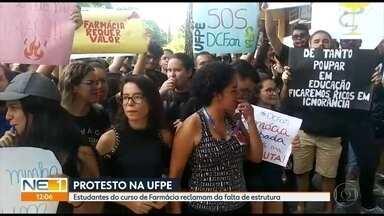 Estudantes de farmácia da UFPE fazem protesto após incêndio em laboratório - Eles cobram melhorias na infraestrutura oara manter as atividades
