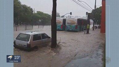 Carros são arrastados e pessoas ficam ilhadas durante chuva em Belo Horizonte - Carros são arrastados e pessoas ficam ilhadas durante chuva em Belo Horizonte