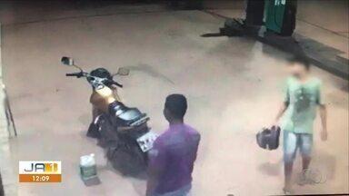 Vídeo mostra assaltantes rendendo motorista em posto de combustível - Vídeo mostra assaltantes rendendo motorista em posto de combustível