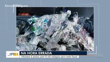 PRF apreende cerca de 4 mil relógios irregulares dentro de carro na BR-153, em Uruaçu - Segundo polícia, objetos foram adquiridos no Paraguai e entraram no país sem a documentação exigida. Idoso de 73 anos, que conduzia veículo, afirmou que venderia peças no Pará.