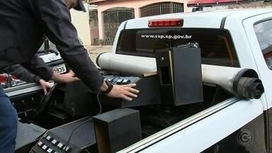 Polícia fecha casa usada como bingo clandestino em Itapetininga - A Polícia Civil de Itapetininga fechou uma casa de jogos de azar em um bairro residencial. Alguns apostadores estavam no local, que era administrado por um homem e uma mulher. 13 máquinas foram apreendidas.