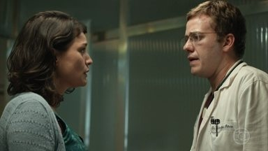 Charles desconfia das intenções de Larissa, mas ela começa a se sentir mal na frente dele - Os exames da ex-namorada do médico não apontam nenhum problema