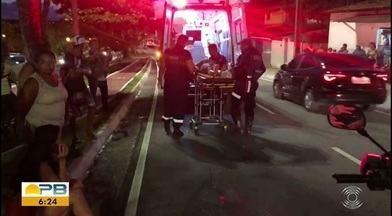 Mulher é atropelada ao passar em uma faixa de pedestres, na Av. Beira Rio, em JP - A mulher atravessava na faixa de pedestre, depois que um carro parou, mas acabou atropelada por uma moto que não parou.