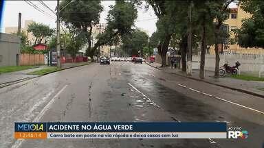 Acidente no Água Verde deixa casas e comércio sem luz - Carro bateu em poste na via rápida.